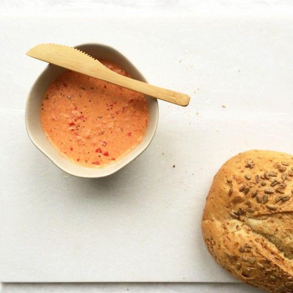 Dit heb je nodig 1 paprika 100 gram feta (of geitenkaas) 1 teen knoflook Klein stukje rode peper of een tl chili vlokken Scheutje olijfolie Peper en Himalayazout Zo maak je het Haal ze zaadlijsten uit de paprika en snijd de paprika in stukken. Doe de paprika samen met de kaas, peper of chilivlokken, olijfolie …