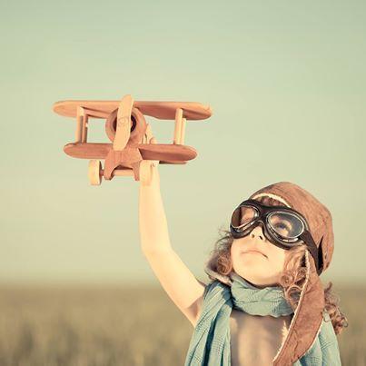 Çocuklarla Uçak Seyahati için tüyolar:  1)Çocuklarla uçak seyahatine çıkmadan önce ortalama 1-2 saat rötar ihtimali olabileceğini unutmayın!  2)Direk uçuş tercih edin: Tatil için gidiyorsanız ve seçme şansınız varsa direkt uçuş olan destinasyonları tercih edin. Aktarmalı uçuş her zaman sizi daha çok yoracaktır.  Yazının devamı için: http://www.anneyemektenevar.com/index.php/cocuklarla-ucak-seyahati-icin-tuyolar/