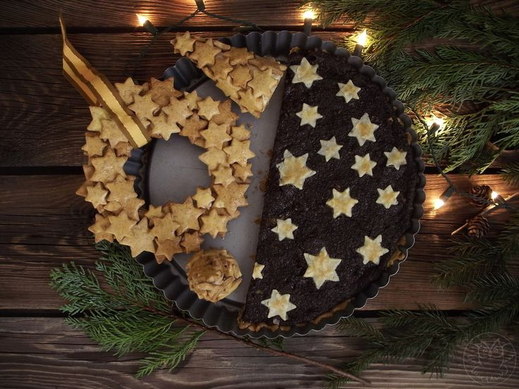 Poppyseed cake, christmas gingerbread wreath