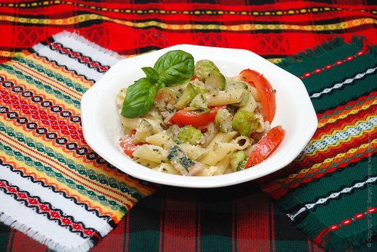 Паста з капустою (брюссельською), овочами і куркою