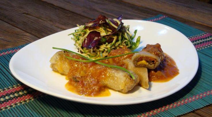 Спринг-роллы с рийетом из телятины и цыпленка, начинкой из черемши, салатом из цуккини и соусом Ромеско