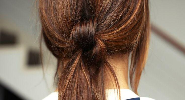 Wil je wel eens iets anders dan een simpele paardenstaart in je haar? Door deze tutorial kun je nu leren hoe je zelf snel een twisted pony tail kunt maken.