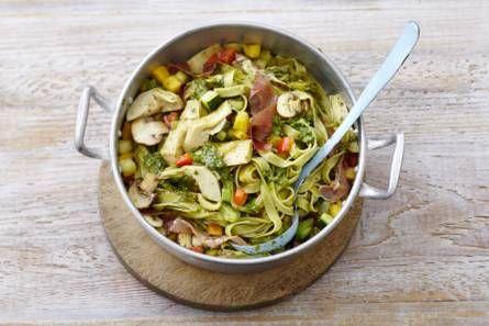 Broccoli-erwtenpasta met ham en pesto