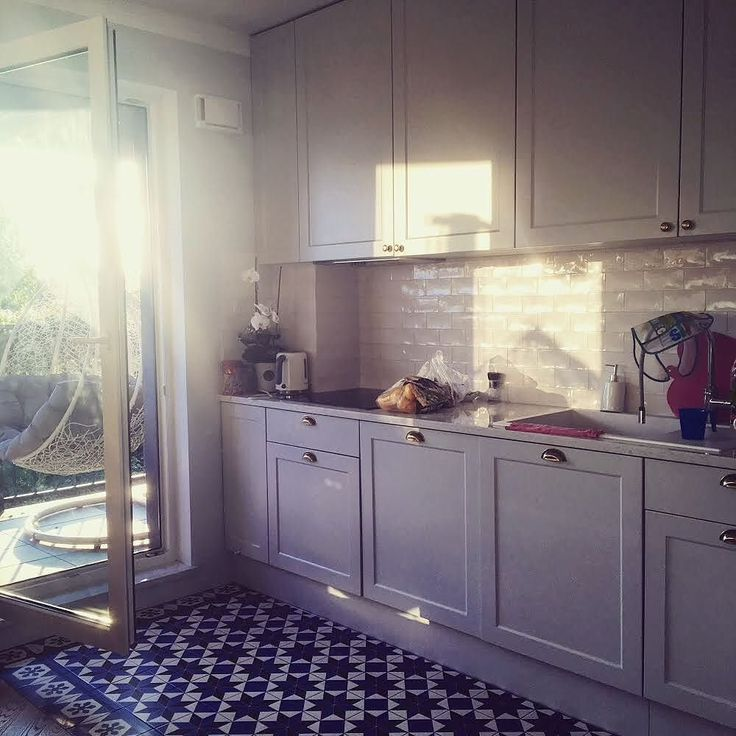 Niestety jesień przyszła do nas szybciej niż myśleliśmy a jeszcze tydzień temu gdy pracowaliśmy tutaj nad nową realizacją była piękna pogoda. Co powiecie na skandynawską kuchnię ze złotymi uchwytami? #kuchnia #kuchnie #nawymiar #kitchen #kitchendesign #kitchendecor #kitchenlove #instakitchen #meble #furniture #złote #uchwyty #wnętrze #interior #mieszkanie #dom #home #remont #renovation #stolarz #warszawa #warsaw #poland