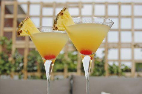 Deze Flirtini is de flirt onder de cocktails. Je maakt de Flirtini met ananassap, vodka, prosecco en een beetje limoen. Check ons cocktailrecept!