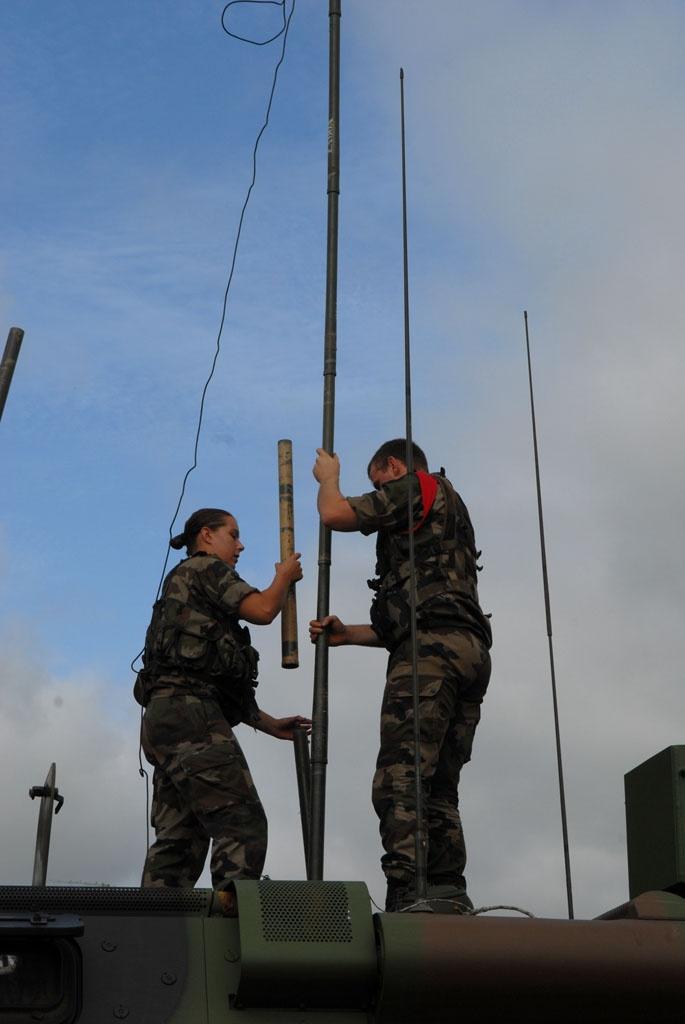 Montage d'une antenne, 2013. © armée de Terre