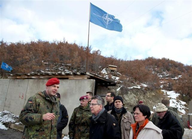 """""""La UE defiende su misión en Kosovo tras introducir mejoras"""", Bandera de la OTAN (Fuente: lainformacion.com )"""