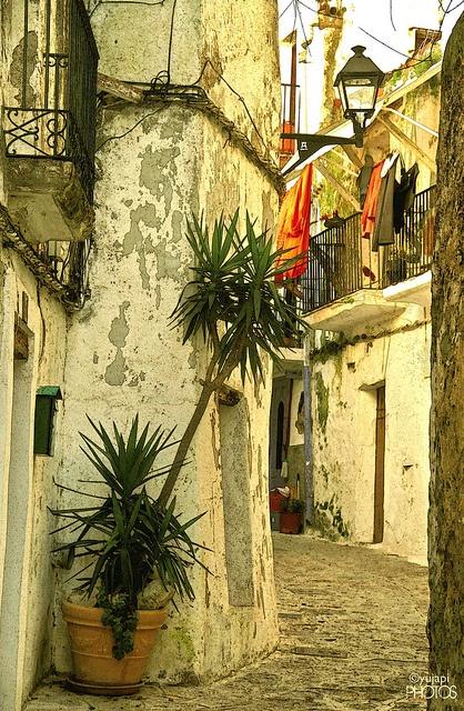 """En promenade dans une ruelle,  à """"Ibiza""""...."""