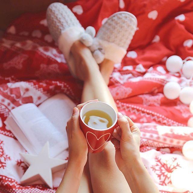 Buongiorno ☕️ . . . #teatime #homesweethome #bed #onthebed #legs #slippers #mug #book #bookstagram #darlingweekend #darlingmovement #still_life_gallery #stilllifegallery #tv_living #tv_lifestyle #red #cottonballs #solocosebelle #greentea #buongiorno #dziendobry #milegodnia #mattina #mattinatecosì #morningtea #polishgirl #viewfromabove #flatlay