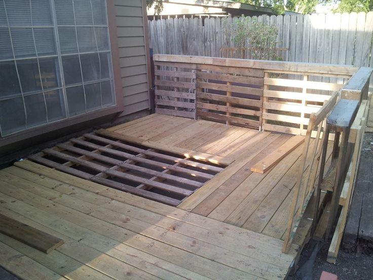 Pallet garden deck with railings dog kennels pinterest for Decking made from pallets