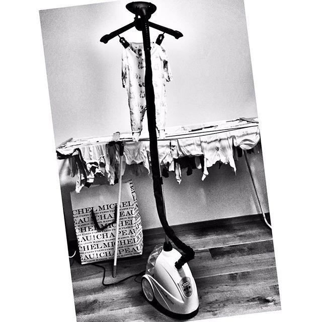 Jest co robić, na szczęście z pomocnikiem na pokładzie idzie o wiele sprawniej 😜🎽 @steamaster #housekeeping #laundry #laundring #ironing #steamiron #perfekcyjnapanidomu