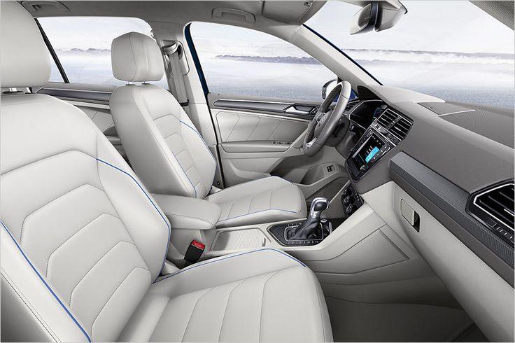 A aparência inocente interior branco se encaixa para a  condução económica VW Tiguan