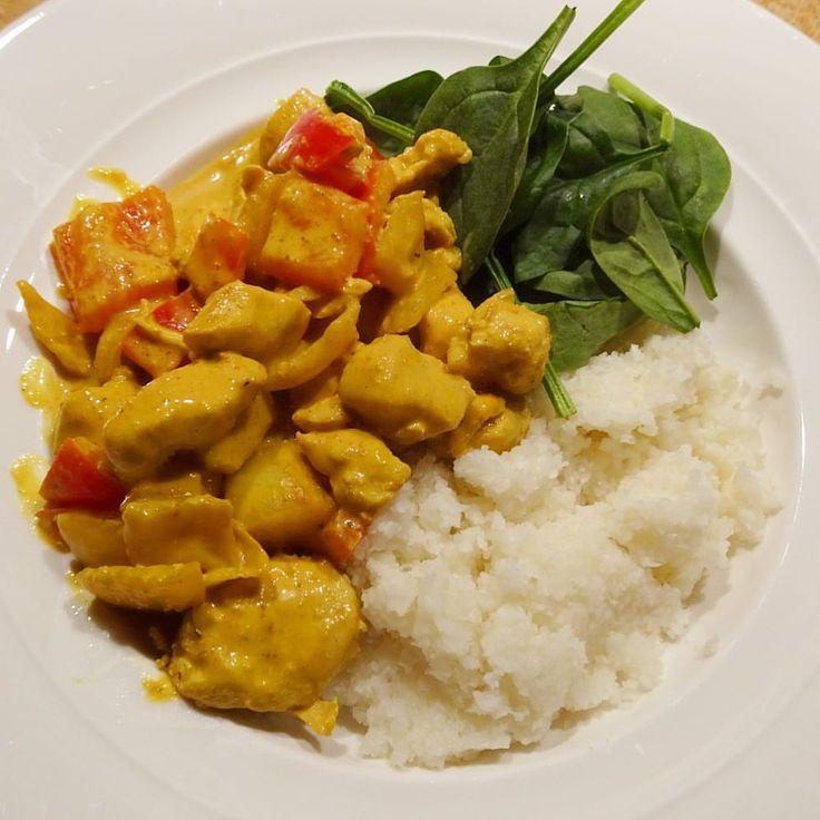 Höst & en god värmande gryta •  kyckling & curry med blomkålsris. #mealprep #recept #chicken #curry #cauliflowerrice #cauliflower 6 portioner ❣️ 4 stora kycklingfilé  1,5 kvarggrädde 10% 2,5dl lätt créme-fraîche  2 gula lök 2 paprika  2msk sojasås 3 msk curry, 1msk paprikapulver, svartpeppar  Blomkål/riven/mixad.
