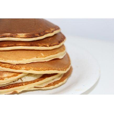PANCAKE BANANE CHOCOLAT En-cas hyperprotéiné  (7 sachets de 29g)  Retrouvez toute la saveur d'un bon pancake banane chocolat, avec cette préparation livrée en boîte de 7 sachets, pour autant d'en-cas ou de desserts sucrés à préparer en quelques minutes. Ce pancake hyperprotéiné permet de se faire plaisir dans le cadre de votre régime protéiné, puisque sa teneur en glucides et lipides est très réduite. Profitez-en dès aujourd'hui !