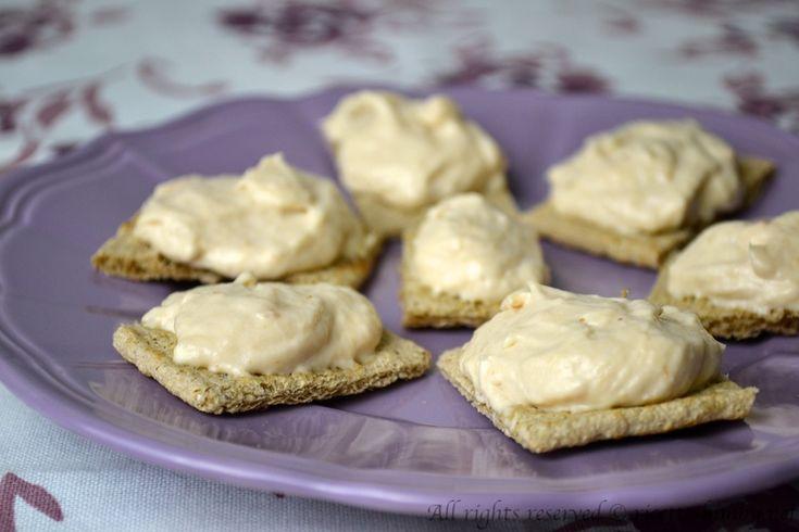La spuma di tonno e stracchino bimby è un'idea per un antipasto semplice e veloce, da spalmare su crostini di pane. Leggi la ricetta.