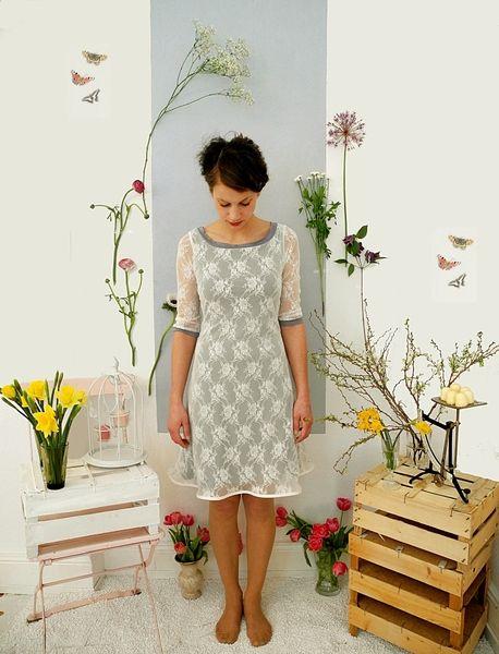Elfengleich zart kommt dieses Jersey-Spitzen-Kleid daher.  Es macht sich ganz wunderbar bei einem Kaffeekränzchen inmitten einer blühenden Wiese.  ...