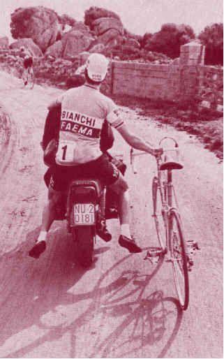 """Giro di Sardegna 1978, Nuoro, 27 febbraio. Felice Gimondi (1942) approfitta di uno """"strappo"""" per raggiungere la sede della partenza di tappa"""