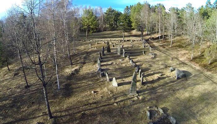 Gravplassen på Istrehågan må ha vært et spektakulært sted i jernalderen, som det er i dag. Høyreiste steiner i formasjoner markerer de dødes hvilested. Gravfeltet var den gang godt synlig på høydedraget, og strategisk plassert langs oldtidsveien som går gjennom Tjølling fra Sandar over Istre og videre mot Tjodalyng og Tjølling kirke. Gravfeltet ble i sin helhet utgravd i 1952-62, og i den forbindelsen restaurert av Tjølling Historielag. Foto: Trude Aga Brun.