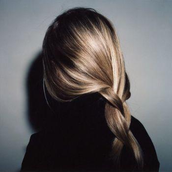 ゆるい三つ編みで落ち着きのあるラフなヘアアレンジです。 サイドの髪をすこしたゆませるのがポイントです。