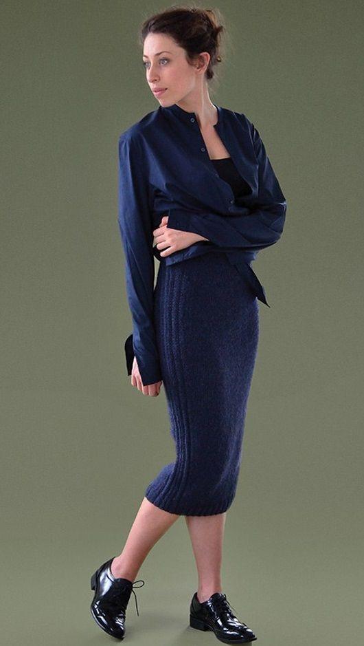 Стильная прямая вязаная юбка от Ким Харгрейвз выполнена спицами.