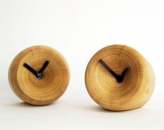 Mooie kleine houten klokjes, uit hout gedraaid met een ingebouwd uurwerk. De klokjes kunnen groter en in een andere vorm gedraaid worden (bijv. helemaal afgerond, of juist met een scherpe lijn). Geef uw wensen dus door! Inclusief batterij.  Materialen: hout Afmeting: (b)4,5 x (d)6 cm Prijs: € 42,50*