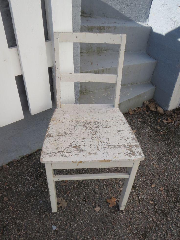 Rappioromanttinen 50-luvun tuoli, tukeva. 20 euroa.