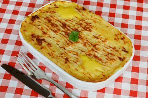 Kabeljauw uit de oven.  Lekker en makkelijk recept voor kabeljauw in de oven met spek, spinazie en aardappelpuree.  Ziet er als een schotel gerecht uit, maar het vraagt wel wat voorbereiding en flink wat afwas: aardappelpuree apart maken, spinazie apart bakken en vis aanbakken. Het eindresultaat is wel superlekker en wie mee eet, moet dan maar meehelpen met de afwas…