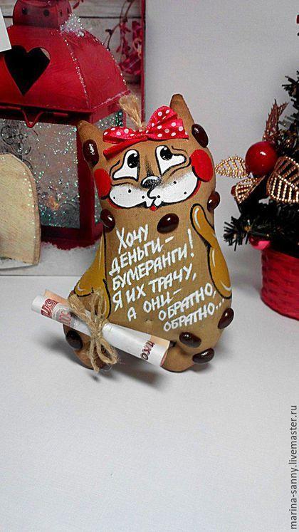 Купить или заказать Кофейная котя(Деньги-бумеранги) в интернет-магазине на Ярмарке Мастеров. Позитивная, жизнерадостная котя -денежный амулет) Ароматная малышка пошита из нат. хлопка,наполнена холлофайбером(анти-аллергенным, не впитывающим влагу материалом), тонирована кофейком и ванилью, а после-запечена в духовке, поэтому подобна твёрдому, душистому прянику или печеньке) Расписана вручную,отделана кофейными зёрнами и атласной ленточкой.