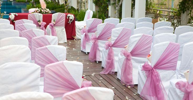 wedding reception decor metal folding chairs | Cerimônia ao ar livre em branco e tecido rosa queimado (ou rosa ...