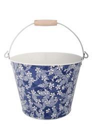 Kis méretû fém vödör, kék alapon fehér virág díszítéssel, fa foggantyúval. Mérete: átmérő: 24 cm magasság: 18 cm magasság füllel: 32 cm Súlya: 0,39 kg