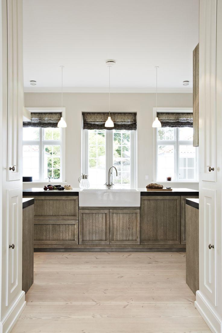 Køkken i smuk kastanjetræ, glaseret lava bordplade, hvid porcelæns køkkenvask og klassisk armatur, Indretningsarkitekt MDD Lisbeth Benee Olsen