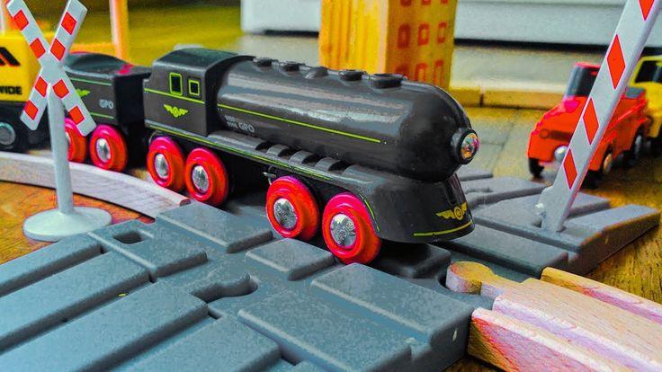 Treni giocattolo in legno per bambini pista e ferrovia con passaggio a l...