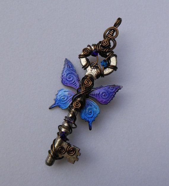 Vlinder gevleugelde sleutel hanger--paars en blauw patroon vlinder vleugels, Wire Wrapped sleutel, antiek messing draad, Harry Potter vliegen sleutel