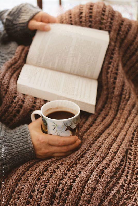 """""""No hay nada como un buen libro, una taza de café caliente y una acogedora manta de viaje en un día de invierno frío.""""  Nothing like a good book, a hot cup of tea and a cozy lap blanket on a cold winter's day."""