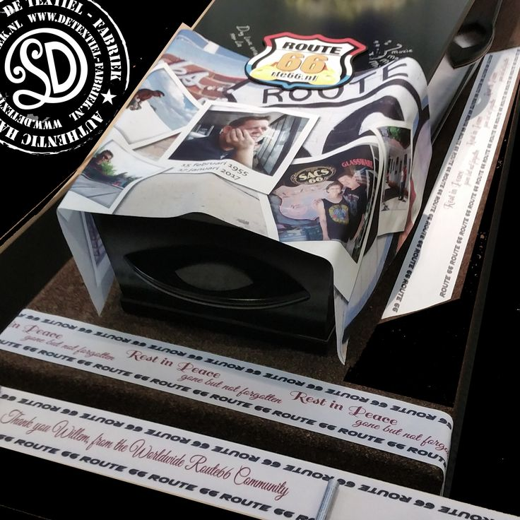 Uitvaart op maat. Voor de overledene een persoonlijk ontwerp gemaakt voor op de kist. Dit ontwerp is voorzien van foto's uit de oude doos samen met persoonsgegevens die op een bijzondere achtergrond geplaatst zijn. Dit zijn handgeschreven brieven, bladmuziek van het lievelingsnummer in de kleuren uit die tijd. #Kistkleed #baarkleed #uitvaart #persoonlijk #overlijden #bedruktwoontextiel