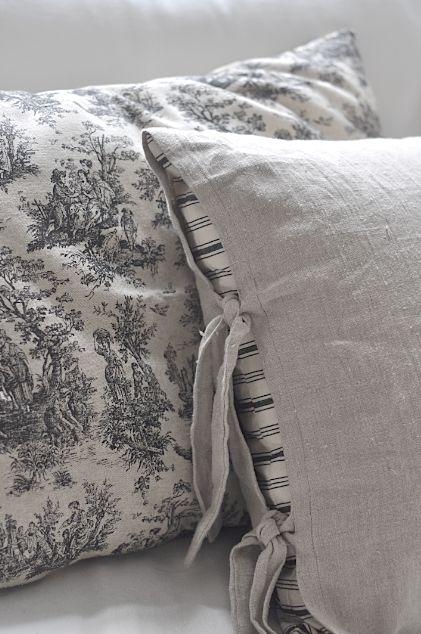 Vintage chic: Toile de jouy-puter/ pillows with toile de jouy-pattern