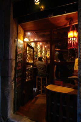 Salterio, teteria, lloc molt tranquil amb música ambiental i poca llum.