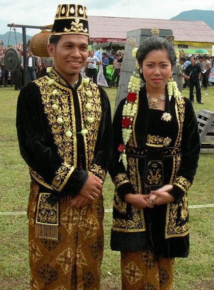 Bagi masyarakat Jawa Tengah keberadaan pakaian adat kebaya dan jawi jangkep merupakan warisan budaya nenek moyang yang memiliki makna simbolis tertentu.