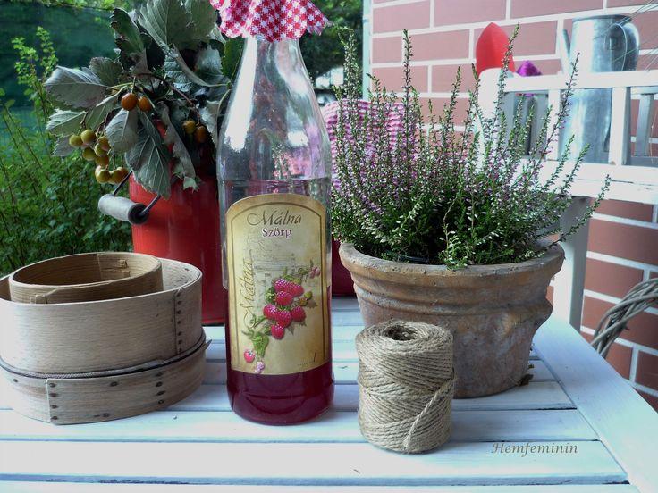Home-made-Himbersaft mit schöner Etikette/Herbstarragement im Garten