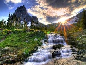 Sol brillando en la montaña