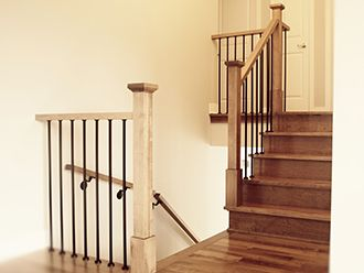 rampe d 39 escalier en rable teint avec main courante une maison bo te surprises pinterest. Black Bedroom Furniture Sets. Home Design Ideas