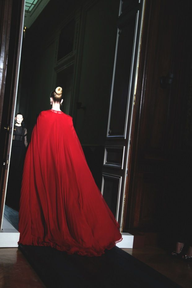 ✕ Echoes of the red capes so popular during the Regency era. Valentino Haute Couture, Fall 2012 / #designer #red #couture