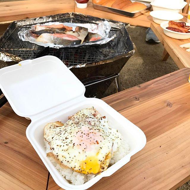 キャンプ2日目🏕の朝ごはん . 目玉焼き🍳とベーコン🥓の ロコモコ丼風、ふう。 . ホットドッグ🌭 . 焼きジャケ . 卵スープ . 豚汁 . #統一感ゼロ . 食べたい物を食べたらいいんです😋 . 気付けば緑色がありませんでした(爆笑) . お洒落なキャンパーへの道のりは長い、、 . いや満足満足😋🙏でした . #キャンプ飯 #自然 #森 #川 #キャンプ #焚火 #肉 #酒 #ファミリーキャンプ #camp  #キャプテンスタッグ  #コールマン #bbq  #焚火台 #囲炉裏 #diy #自作 #ヘキサテーブル #ニトリチェア #鹿グリル #鹿ベンチ #そと遊び #colman  #スノーピーク