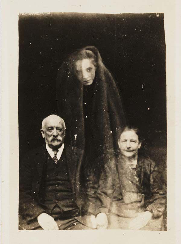 No século XIX ainda não havia Photoshop mas ainda assim, William Hope produz as primeiras fotos (falsas) de fantasmas.