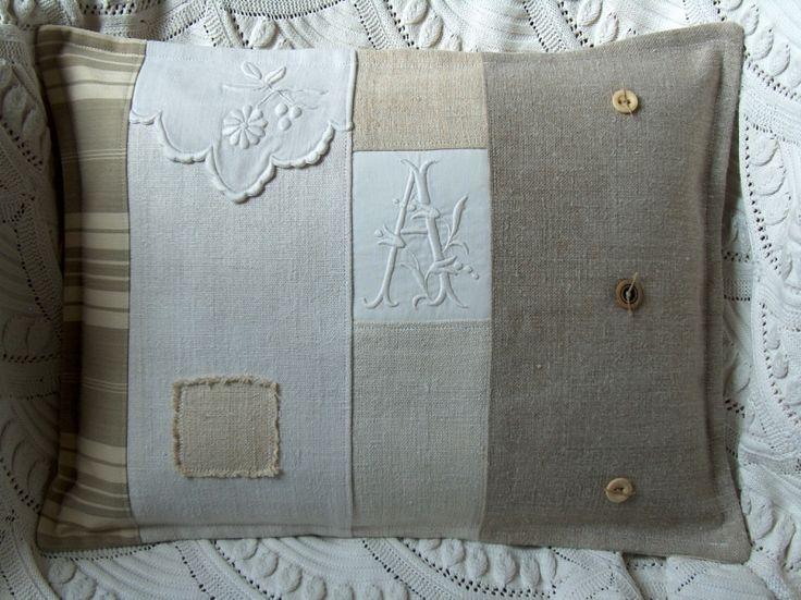 coussin patchwork beige monogramme et pampille - Photo de Les coussins d'Aston... - L'atelier d'Aston