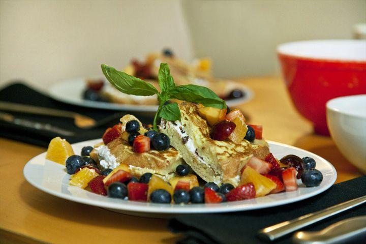 Sandwich pain doré et salade de fruits frais infusée au basilic #recettesduqc #brunch #dejeuner #paindore