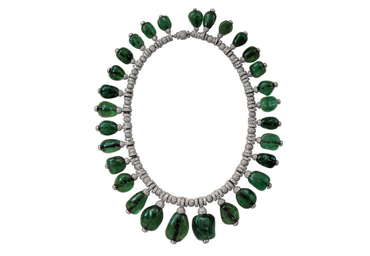 Collier en diamants et cabochons d'émeraudes, porté par Merle Oberon. Cartier London, 1938 http://www.vogue.fr/joaillerie/a-voir/diaporama/cartier-exposition-bijoux-20eme-siecle-au-denver-art-museum/21169/image/1112821#!collier-en-diamants-et-cabochons-d-039-emeraudes-porte-par-merle-oberon-cartier-london-1938-collection-privee