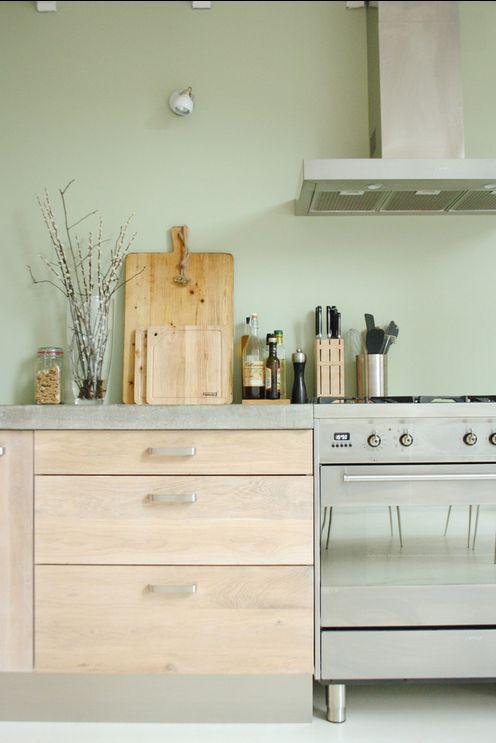 Eikenhouten fronten met basis van Ikea, gietvloer en mooie zachtgroene vergrijsde kleur op de muur!