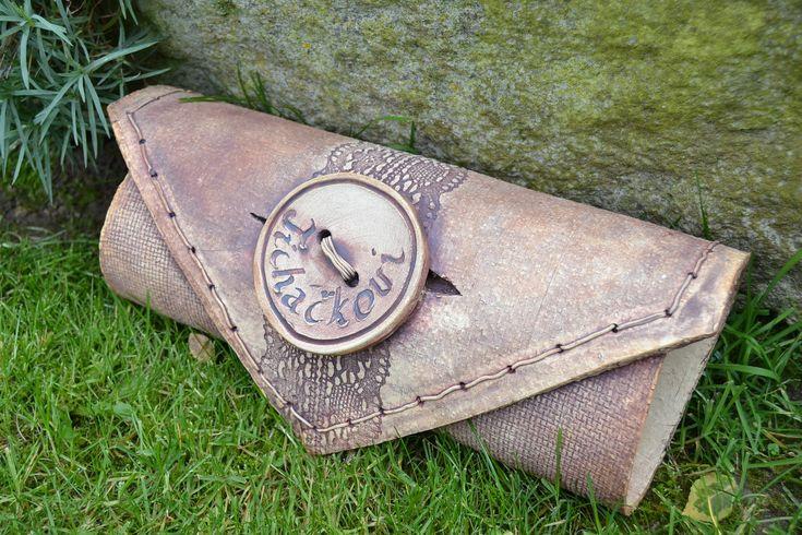 Poštovní schránka Schránka na dopisy.Vyrobeno modelováním z šamotové hlíny, páleno na 1220 st.C Velikost -38 cm , průměr 12-13 cm. 4as výroby a dodání dle dohody.