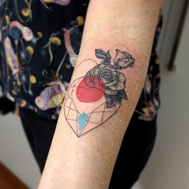 Tatuagem coração/flor - artista brasileira Lan Pravda;